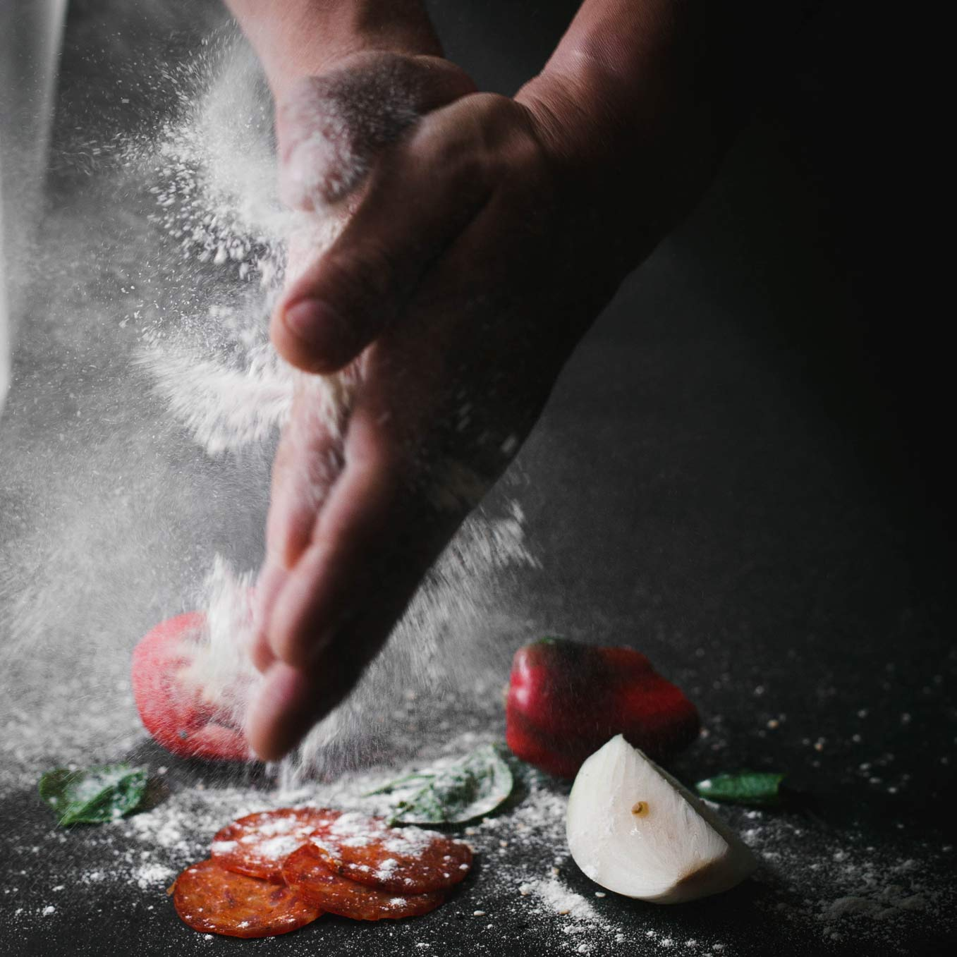 Eine Pizza wird zubereitet